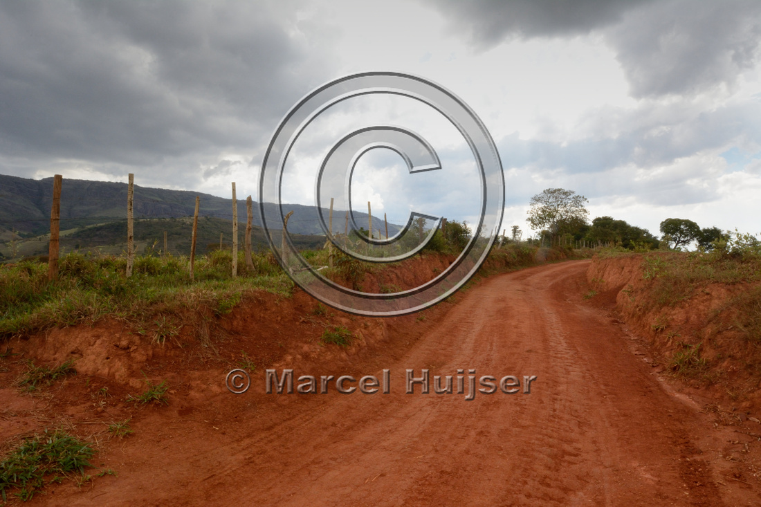 Hollow dirt road (erosion), near Casca d'Anta, Parque Nacional da Serra da Canastra, Minas Gerais, Brazil